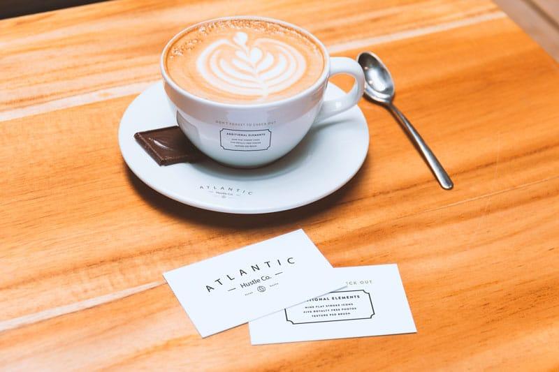 mockup de taza + tarjeta de presentación